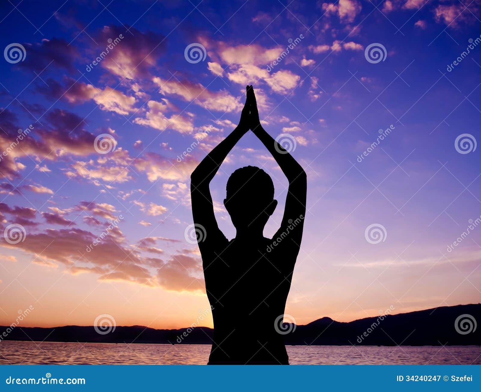Представление молитве йоги силуэта