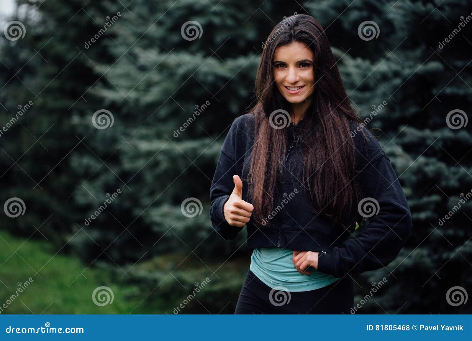 Представлять красивой женщины спортсмена брюнет фитнеса отдыхая после разрабатывает работать на парке