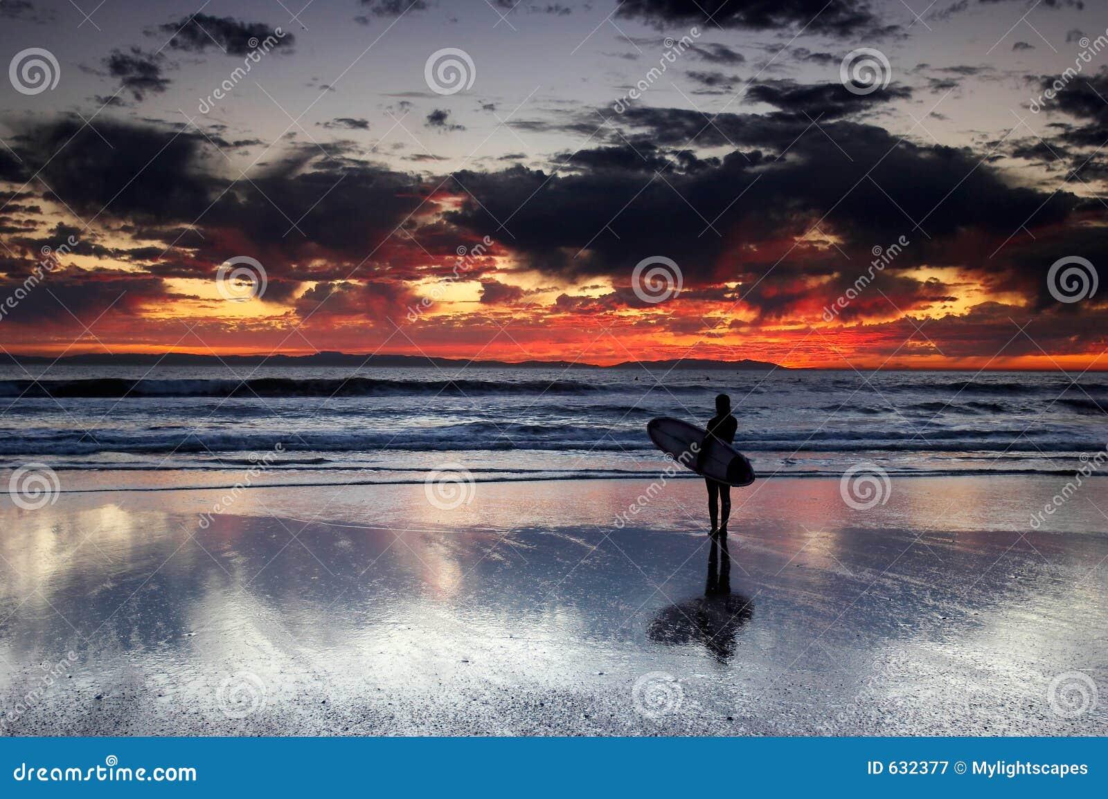 Download прибой захода солнца девушки Стоковое Изображение - изображение насчитывающей цветасто, облака: 632377