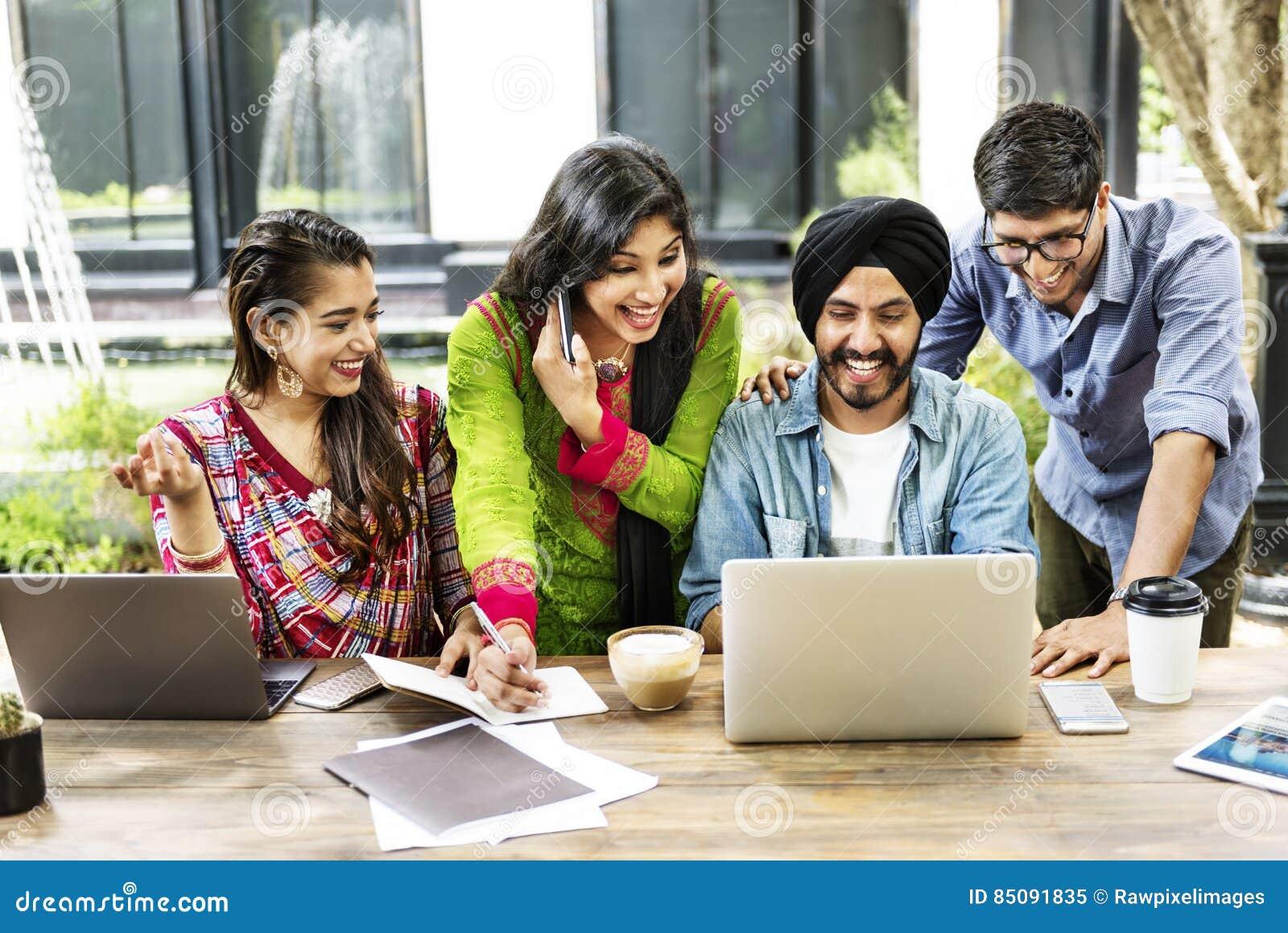 Приборы технологии друзей усмехаясь внутри помещения концепция