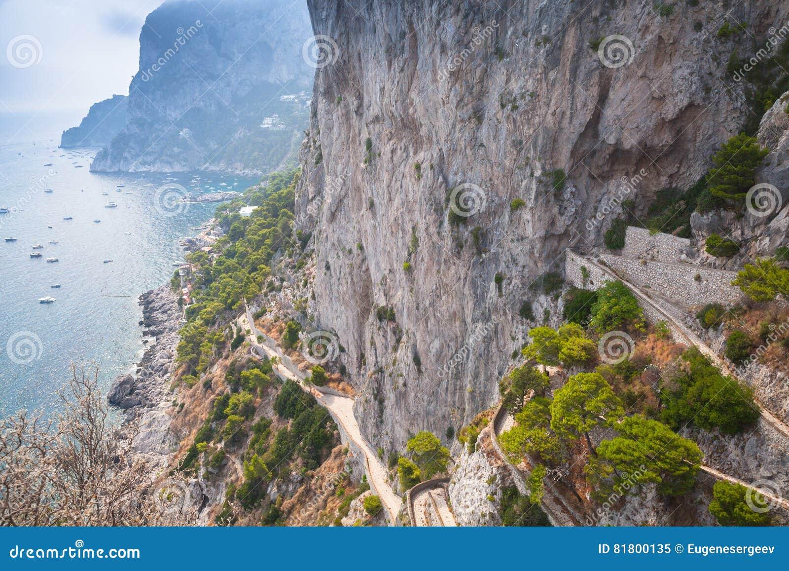 Прибрежная дорога горы на утесах острова Капри
