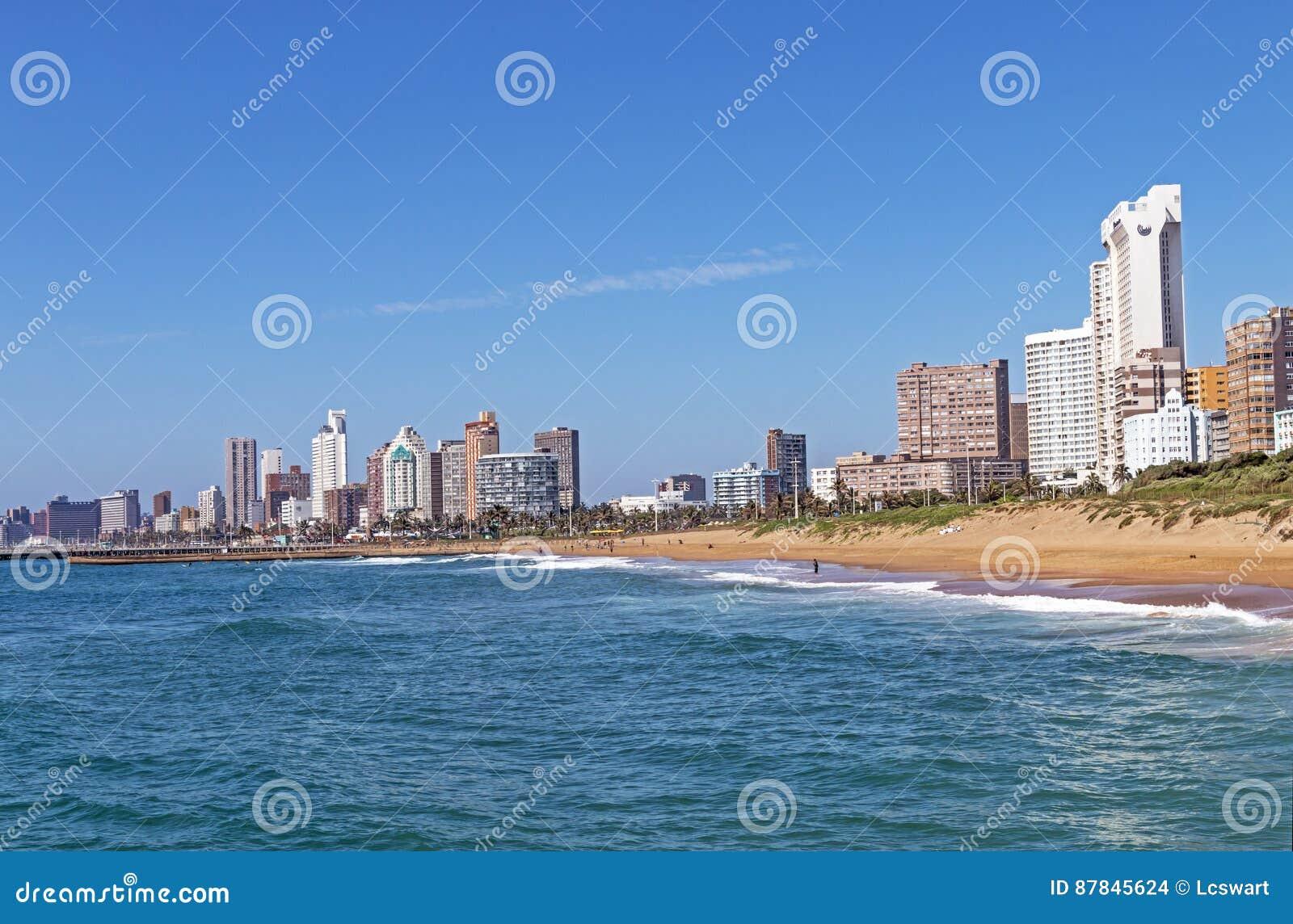 Прибрежные небо океана пляжа ландшафта голубое и горизонт города