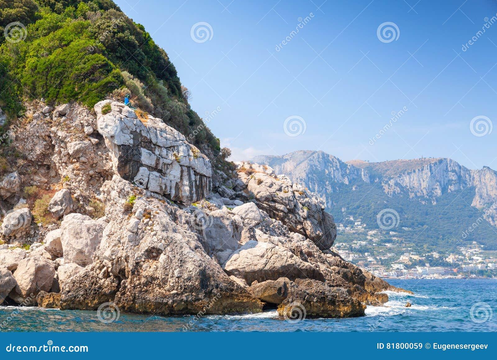 Прибрежный ландшафт с утесами Остров Капри