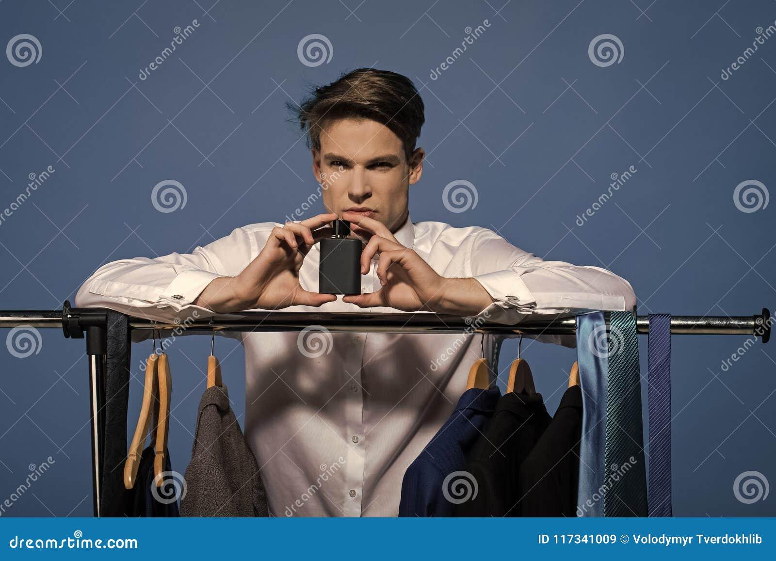 Приведенный в действие мальчик Мальчики стороны вопросов Укомплектуйте личным составом дух владением в шкафе на голубой предпосыл
