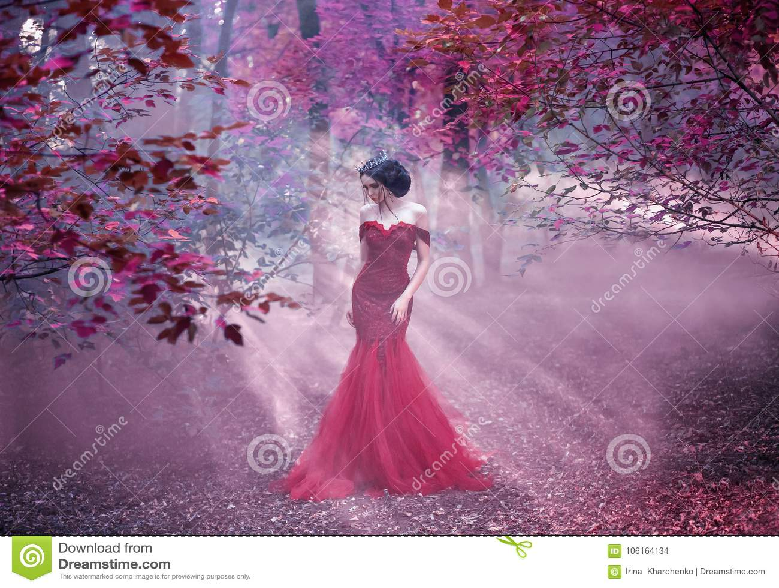 Привлекательная девушка в розовом платье