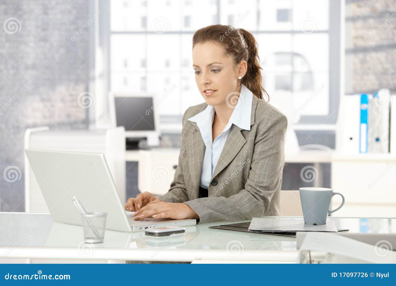 привлекательная деятельность женщины офиса компьтер-книжки