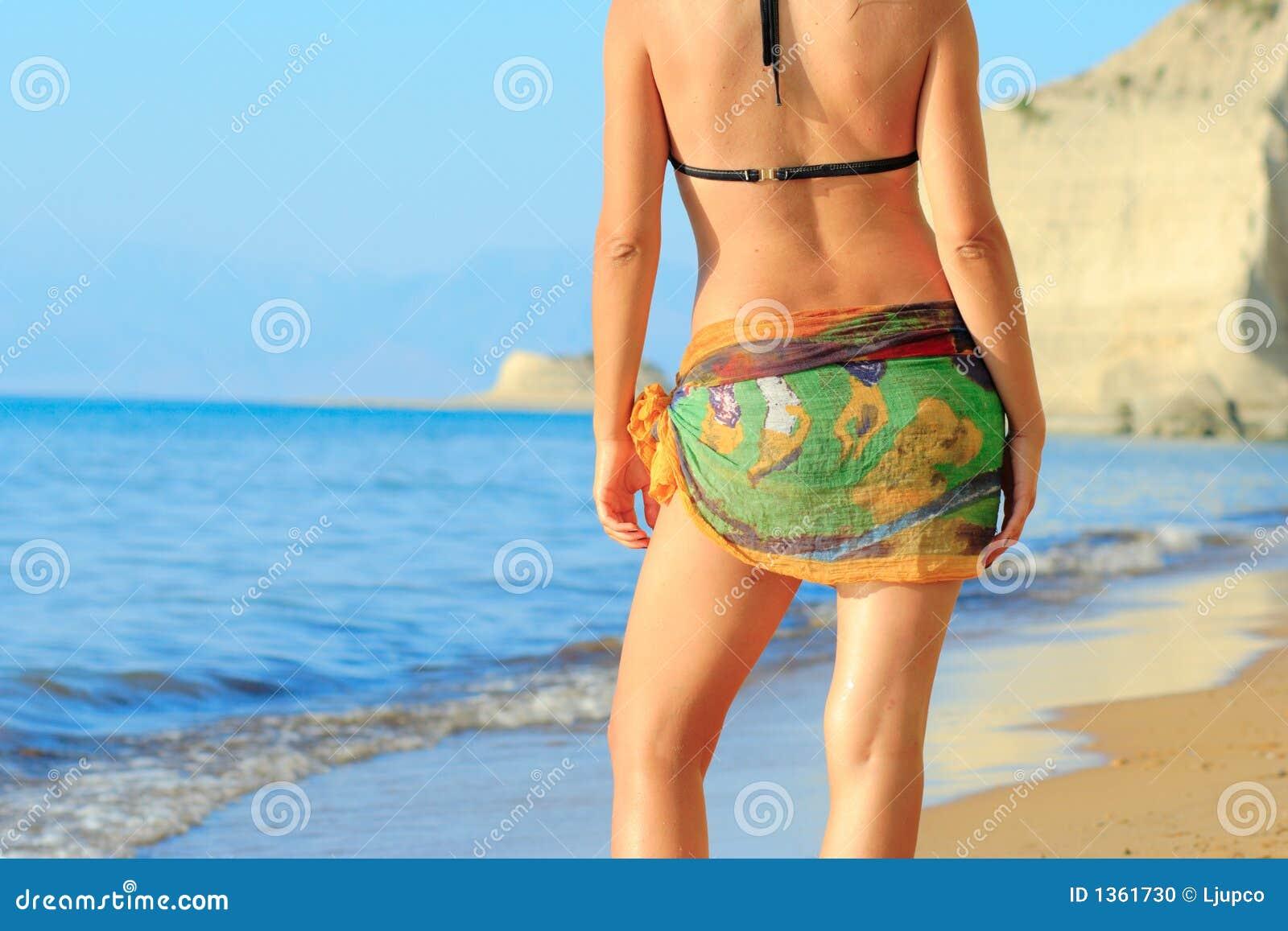 привлекательная женщина острова corfu пляжа