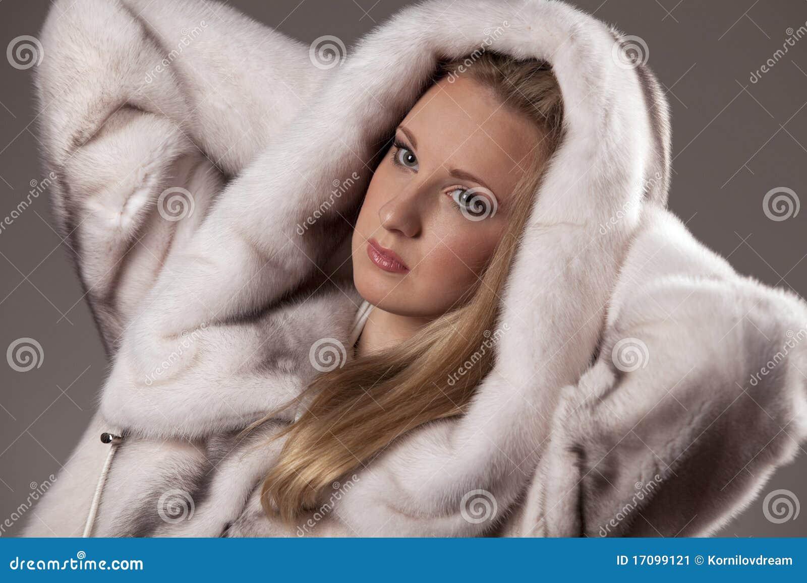 привлекательная женщина шерсти пальто