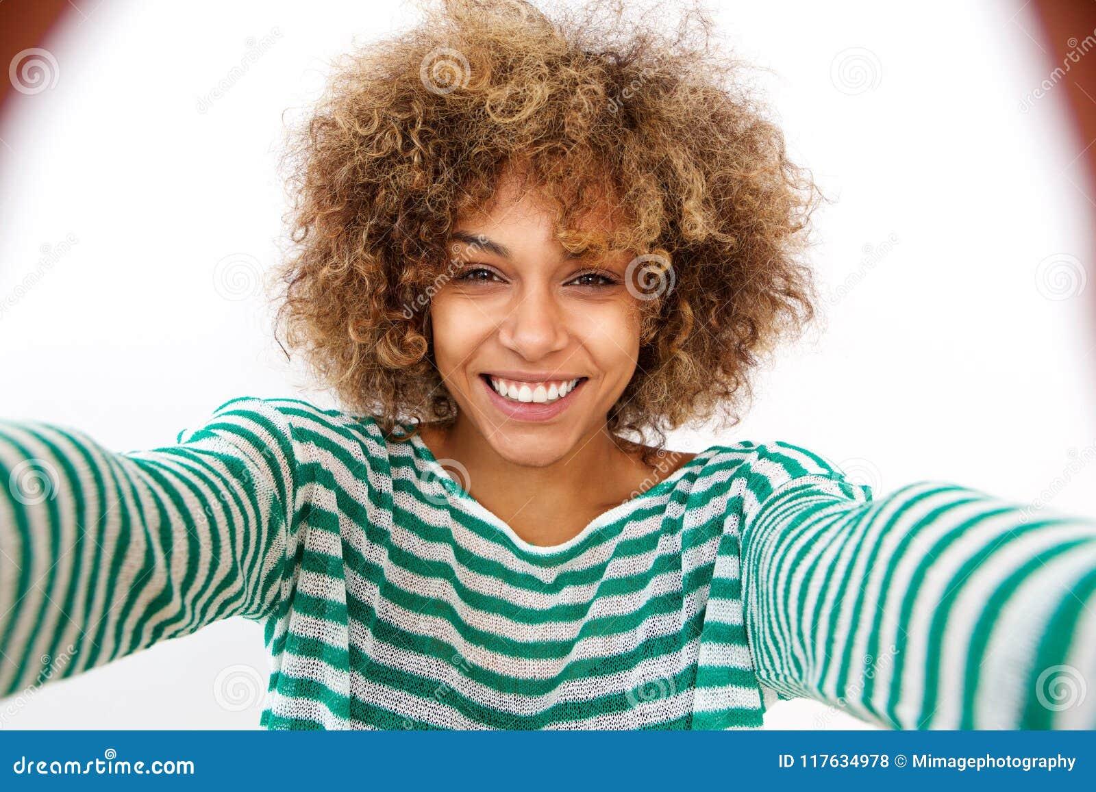 Привлекательная молодая Афро-американская женщина принимая selfie