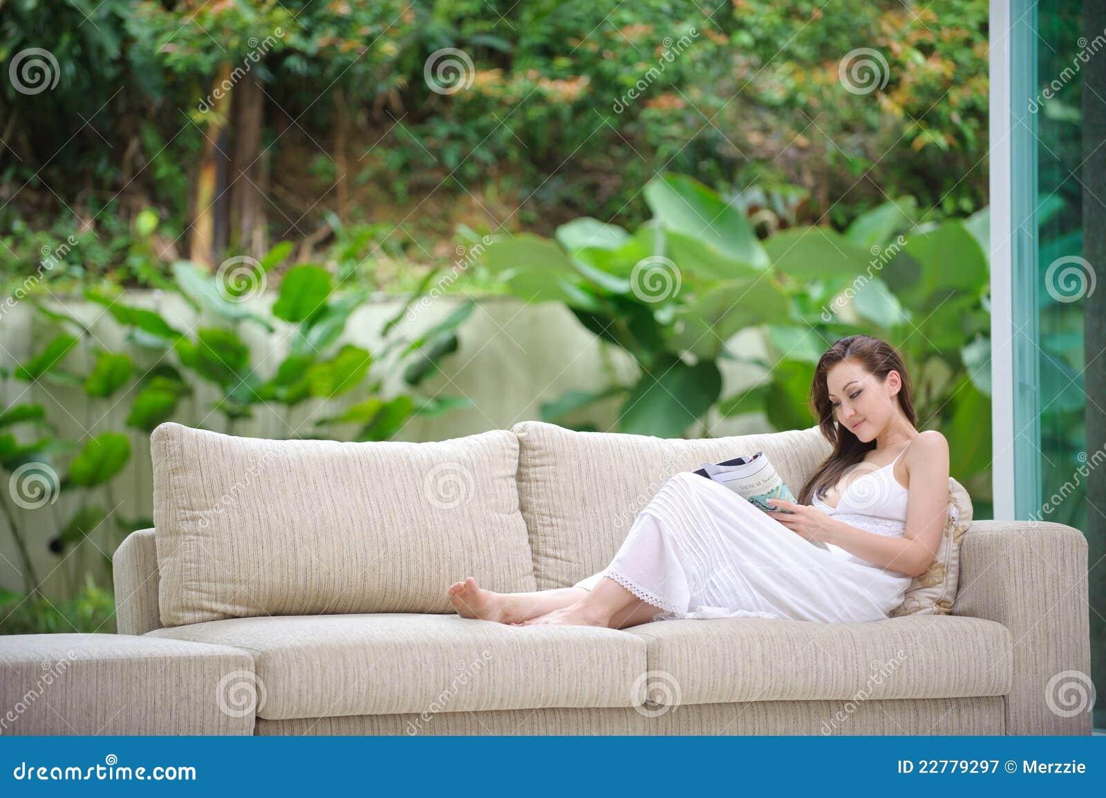 Привлекательное чтение женщины