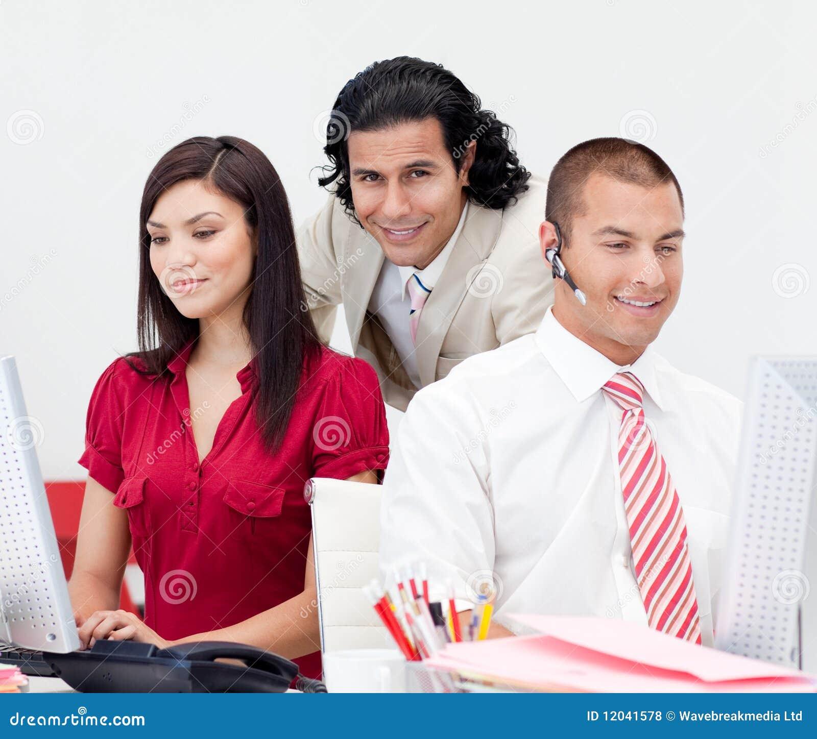 привлекательно проверяющ его работу команды менеджера