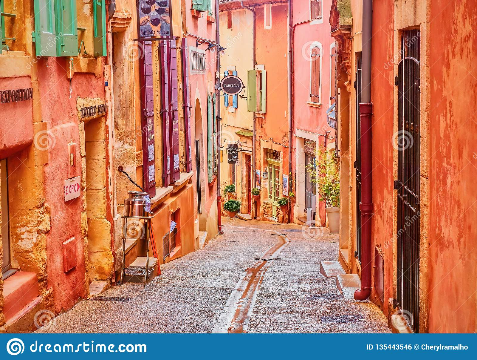 Привлекательно старомодная и красочная деревня в Провансали которая сделана охры