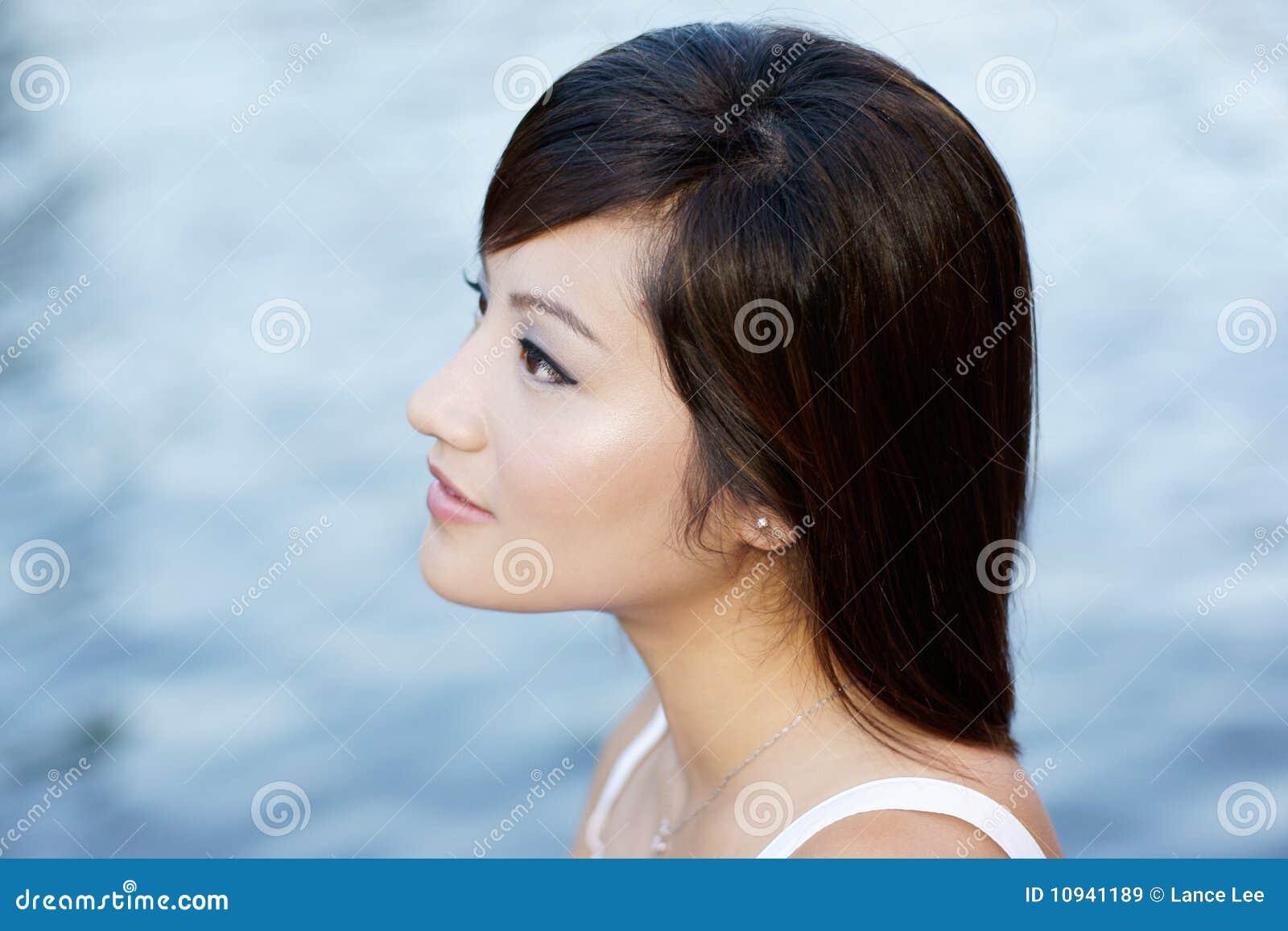 привлекательные китайские comtemplative воды девушки