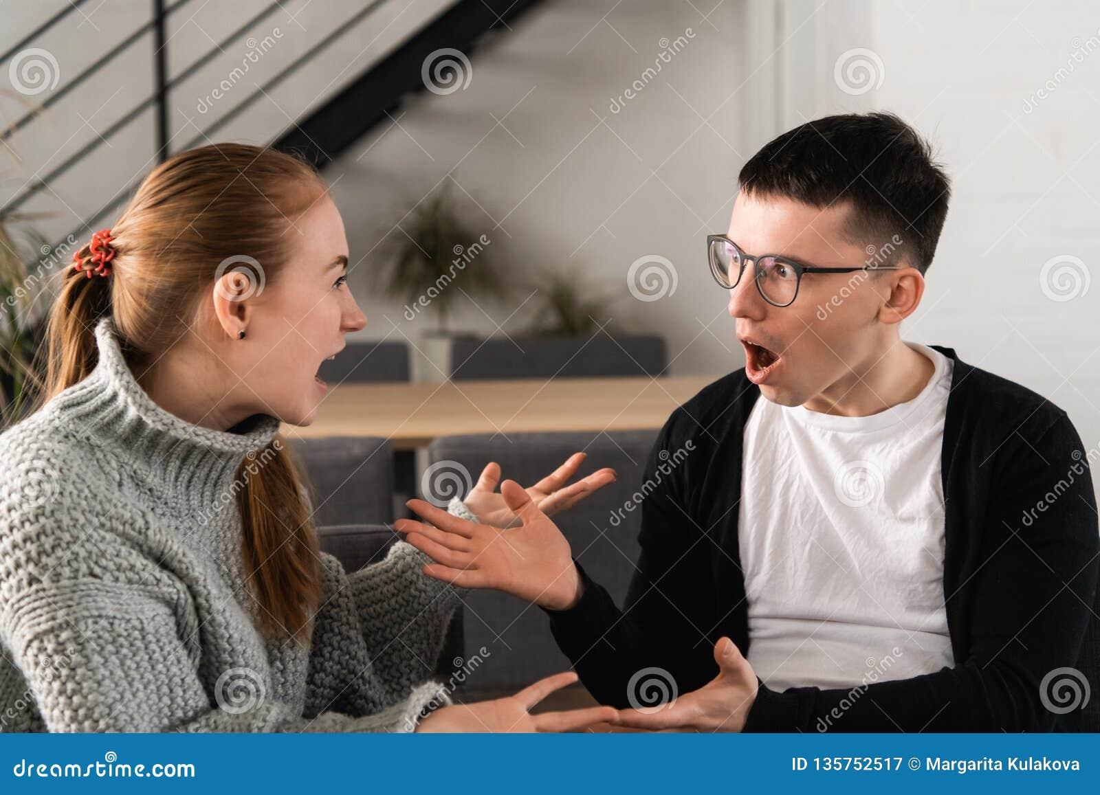 Привлекательные сердитые пары воюя и крича на одине другого