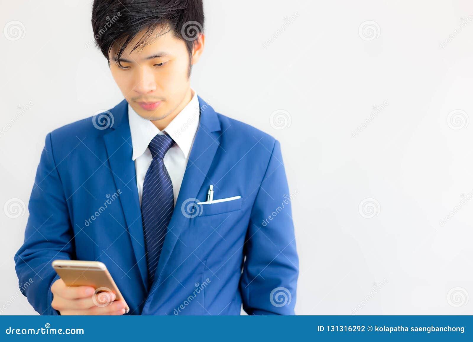 Привлекательный красивый бизнесмен использует умный телефон для searchi