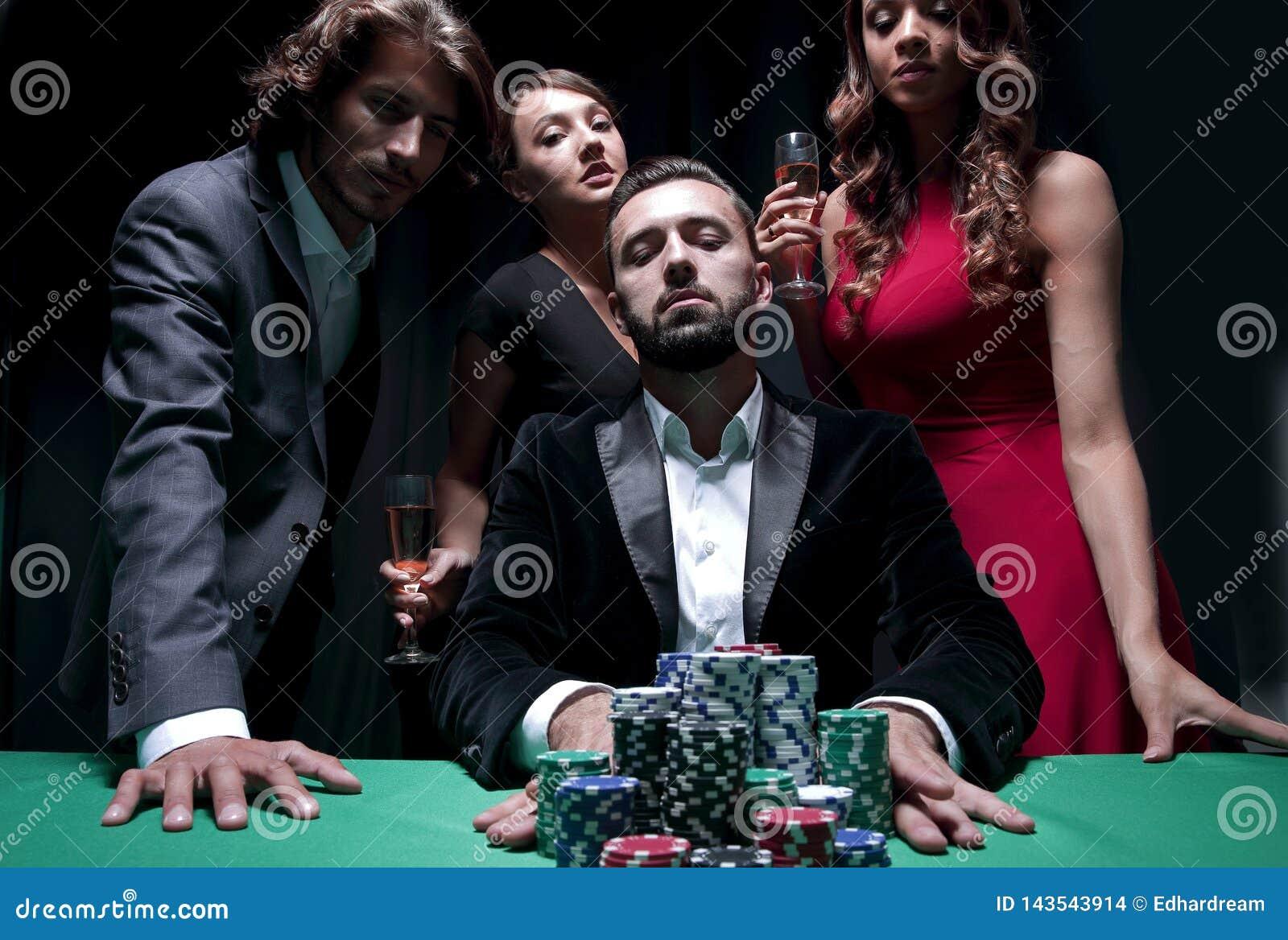 Привлекательный молодой кавказский человек делает пари в казино