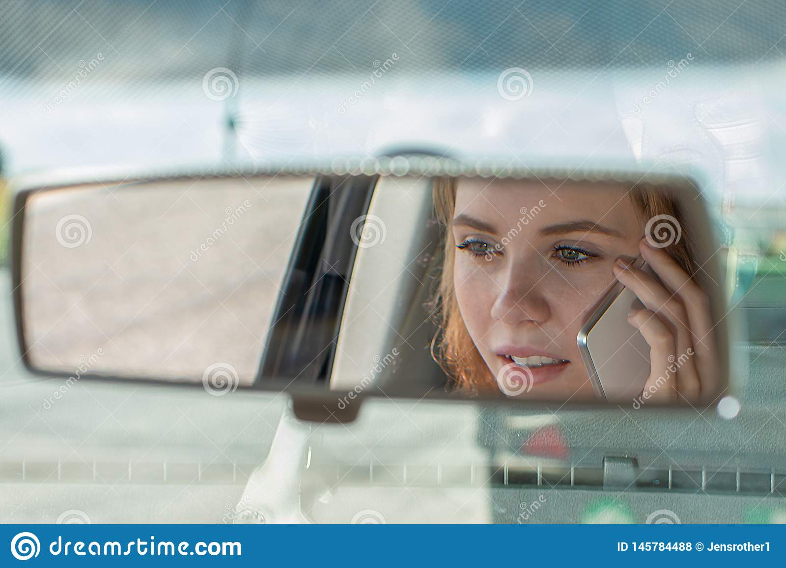 Приводы молодой женщины автомобиль и беседы по телефону