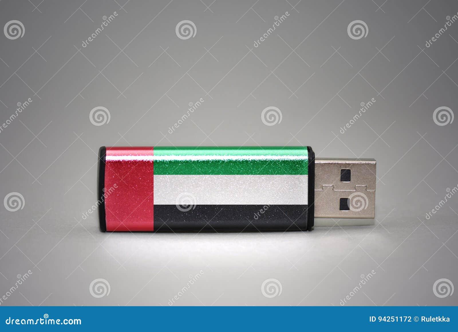 Привод вспышки Usb с национальным флагом Объединенных эмиратов на серой предпосылке