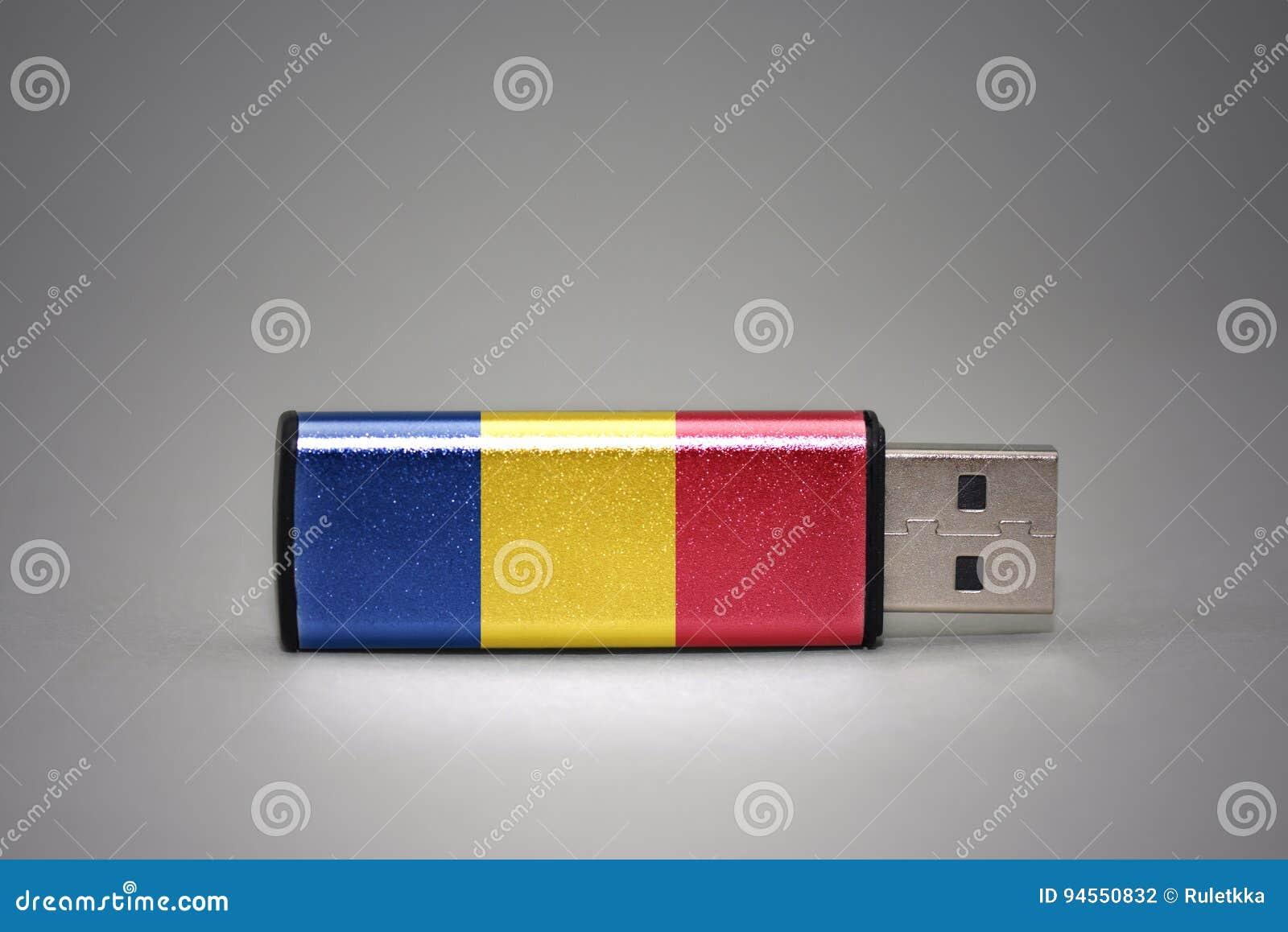 Привод вспышки Usb с национальным флагом Румынии на серой предпосылке