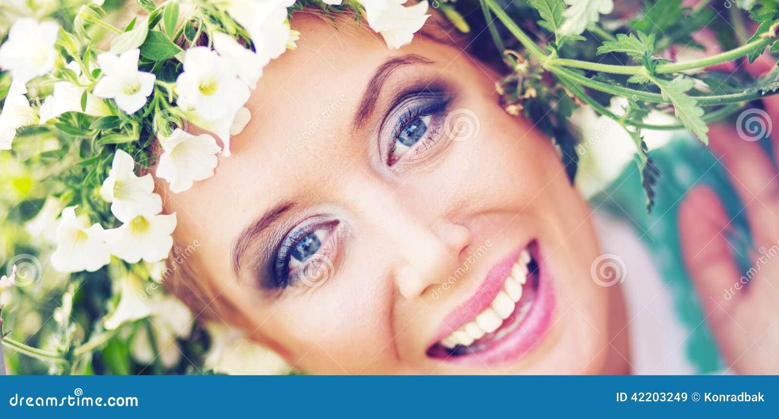Привлекательная блондинка с красочным венком на голове