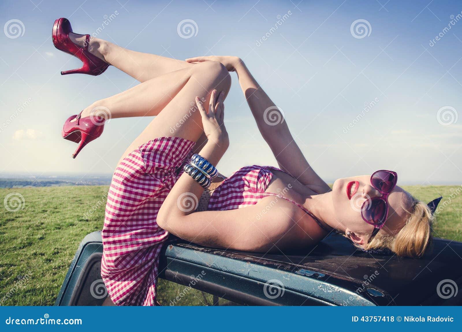 Девушка в платье дразнит видео фото 290-30