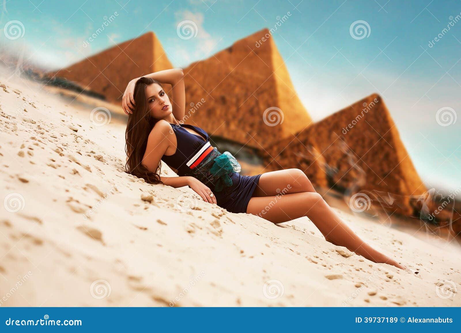 Привлекательная женщина в Египте на предпосылке пирамиды