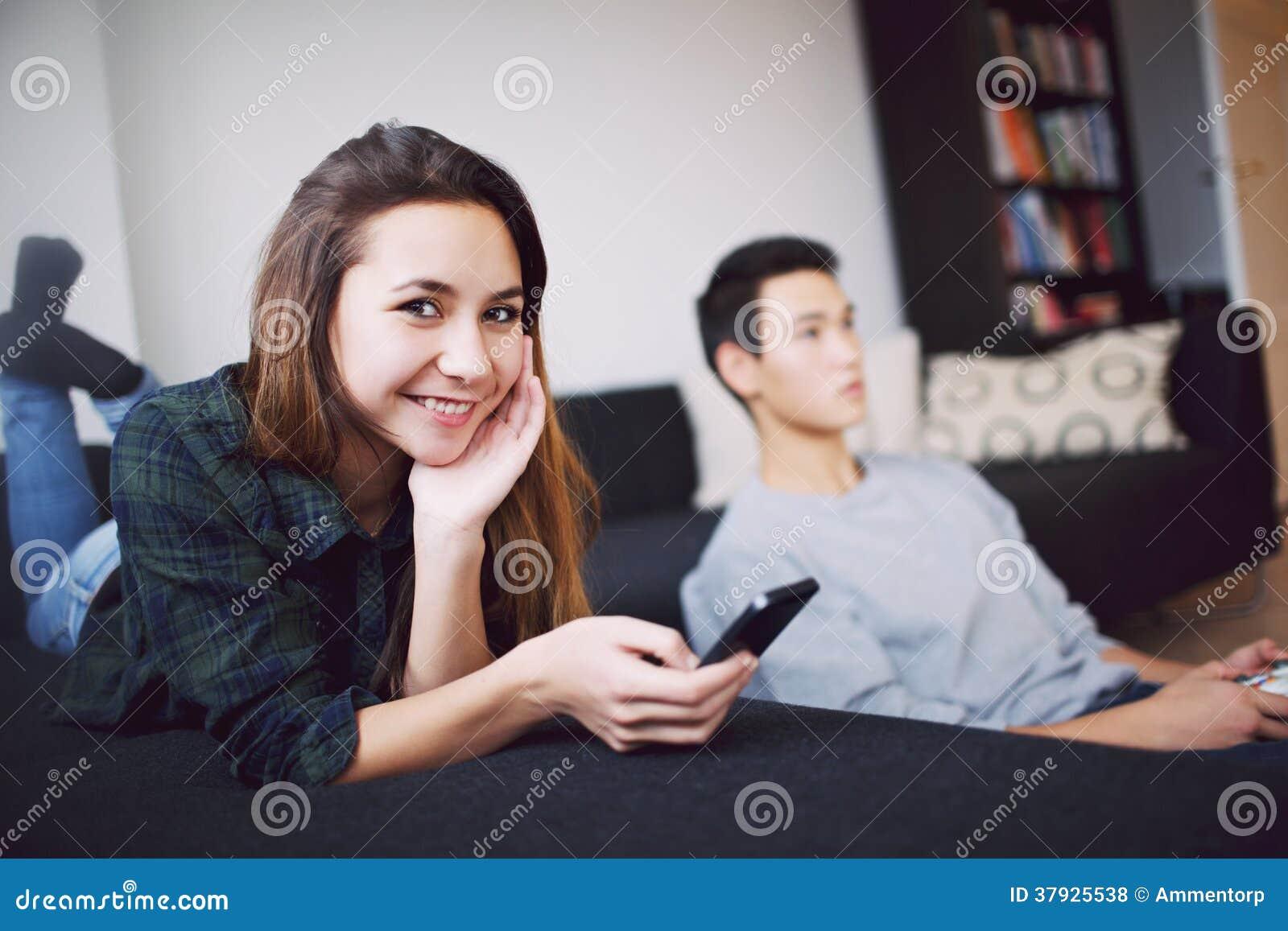 Привлекательная женщина с молодым человеком в предпосылке