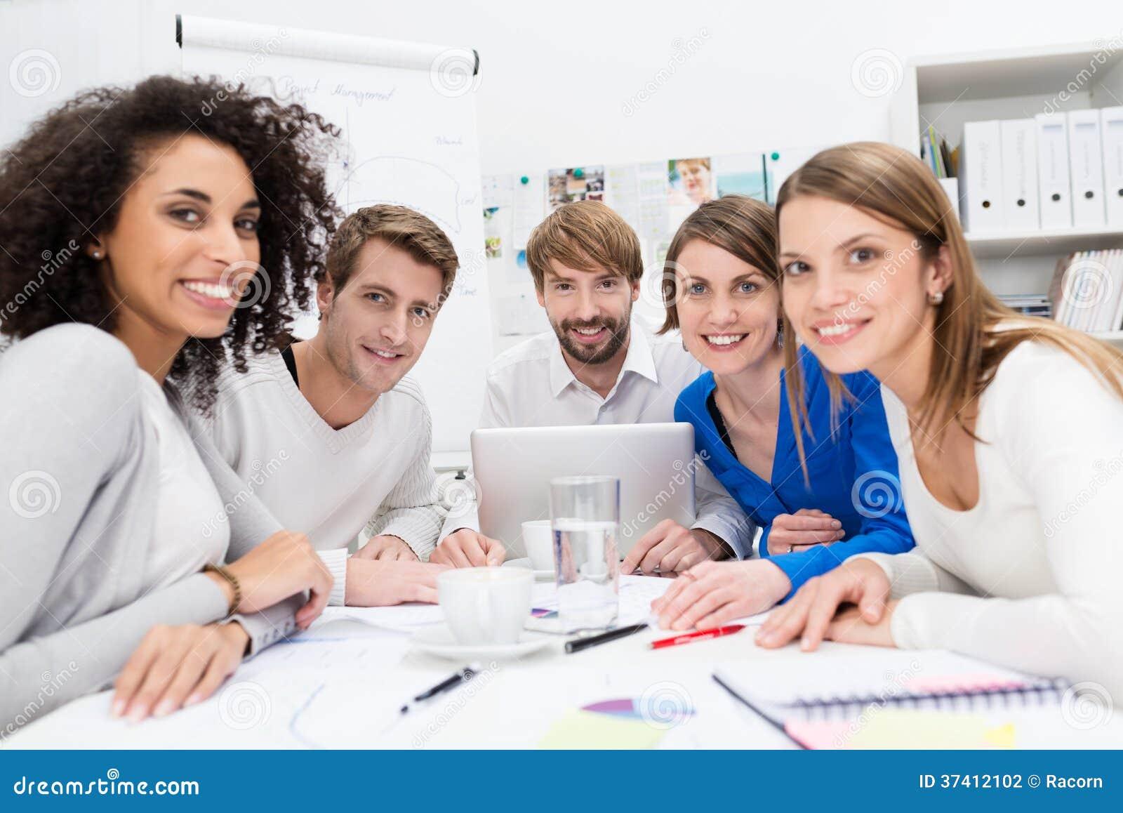 Привлекательная мотивированная молодая команда дела