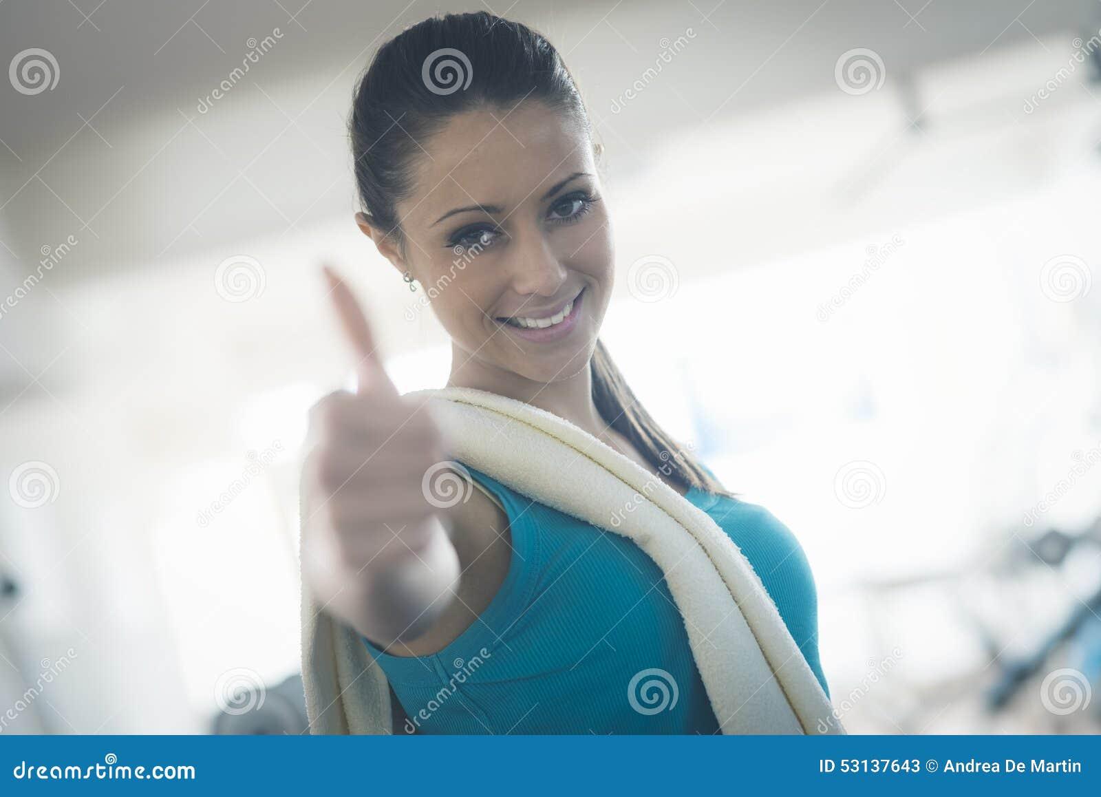 Привлекательная молодая женщина на спортзале