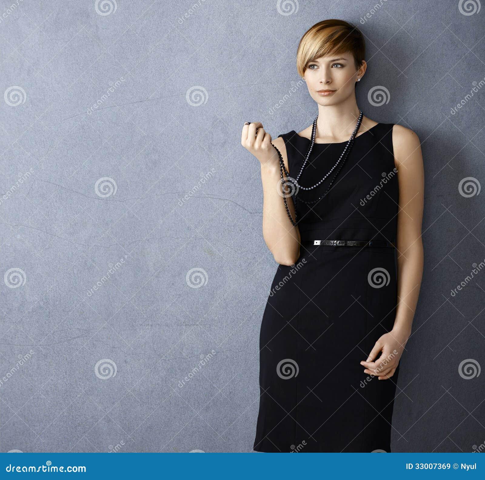 Привлекательная молодая женщина с ожерельем жемчуга