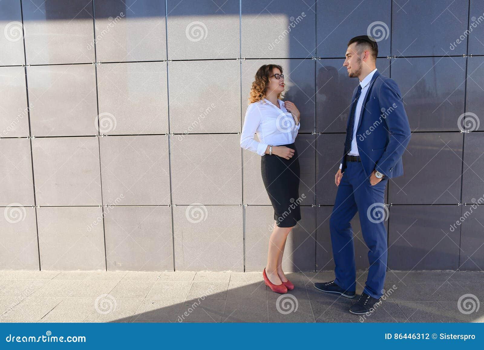Привлекательные девушка и мальчик, молодые бизнесмены, студенты, discussin