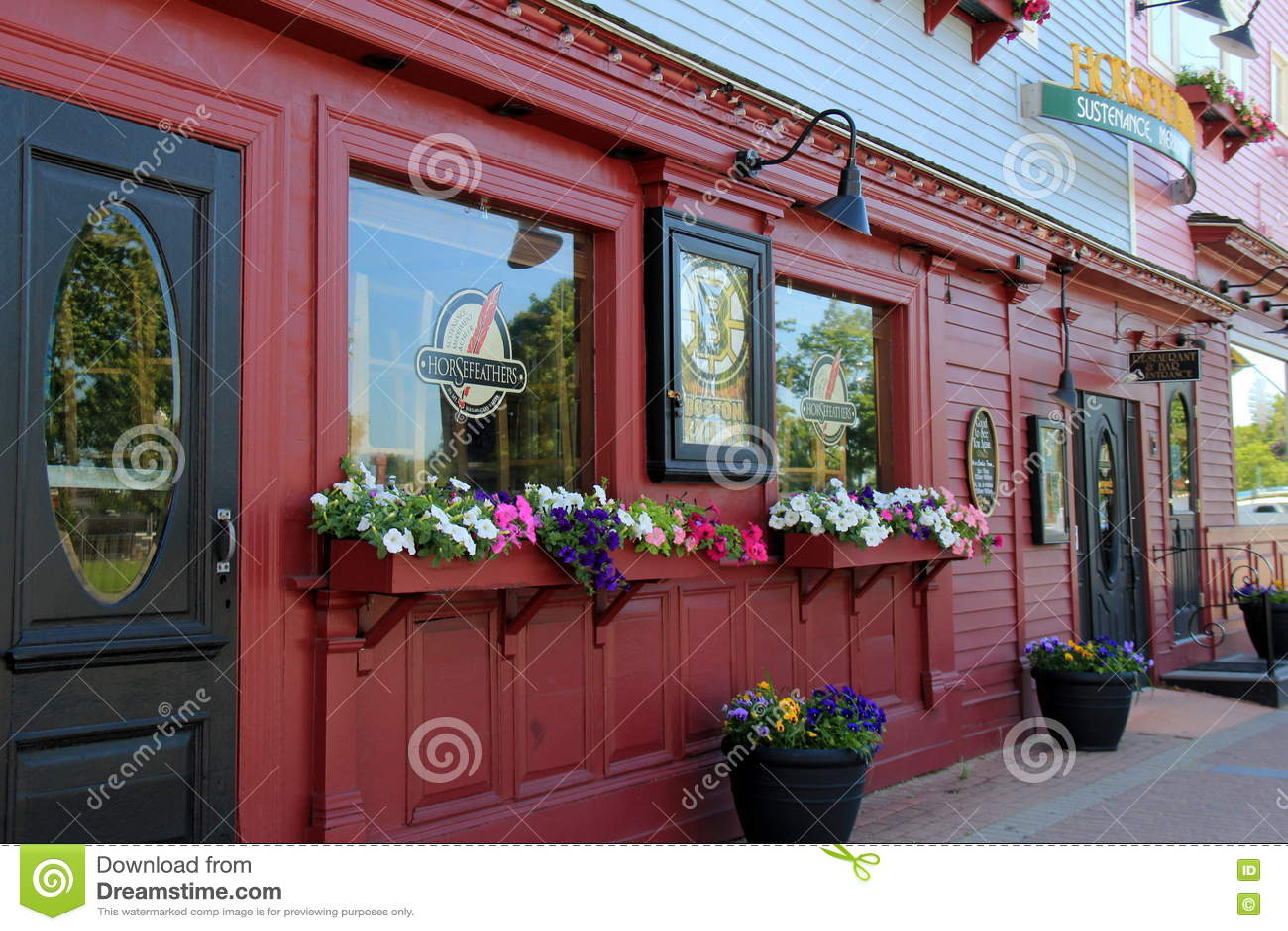 Привлекательные красные и черные внешние витрины магазина, с приветствующими знаками прийти внутри, ресторан Horsefeathers, север
