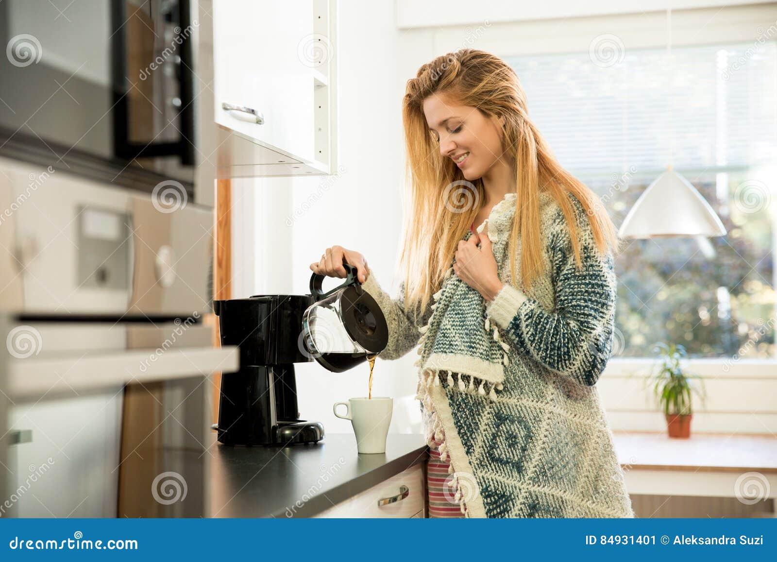 привлекательный кофе имея женщину