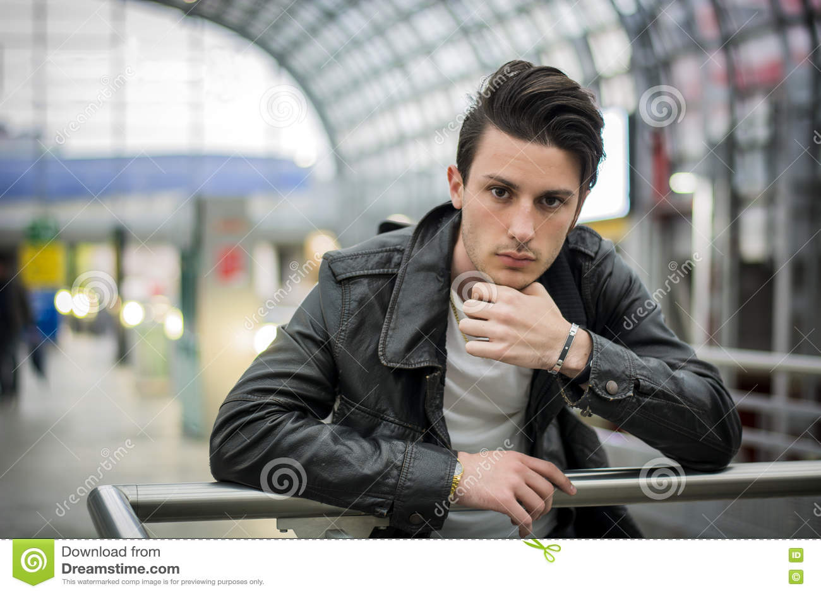 Привлекательный молодой человек внутри современного здания