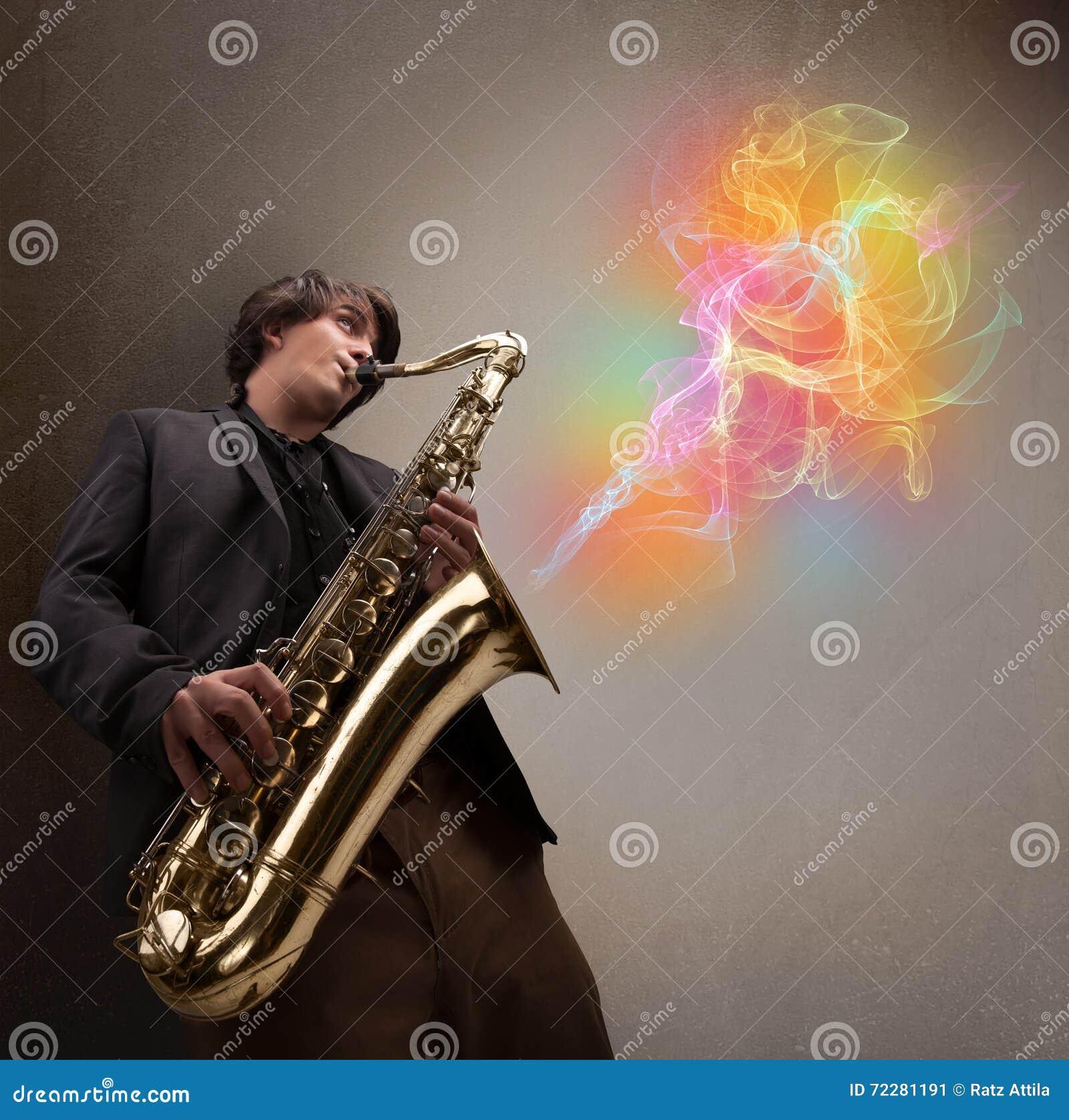 Download Привлекательный музыкант играя на саксофоне с цветастым конспектом Стоковое Изображение - изображение насчитывающей громко, зрелищность: 72281191