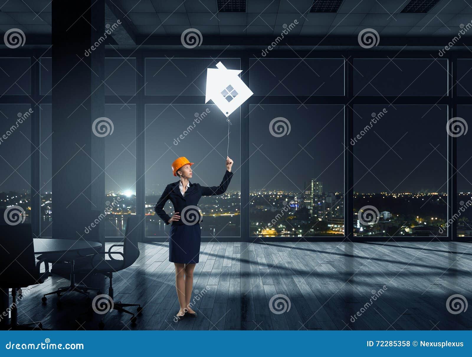 Download Привлекательный построитель женщины Стоковое Фото - изображение насчитывающей дело, трудно: 72285358