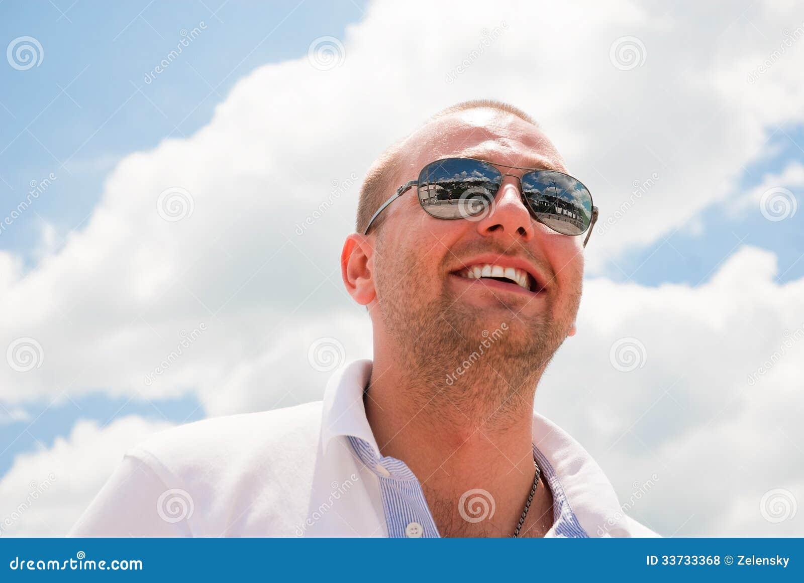Привлекательный усмехаться человека
