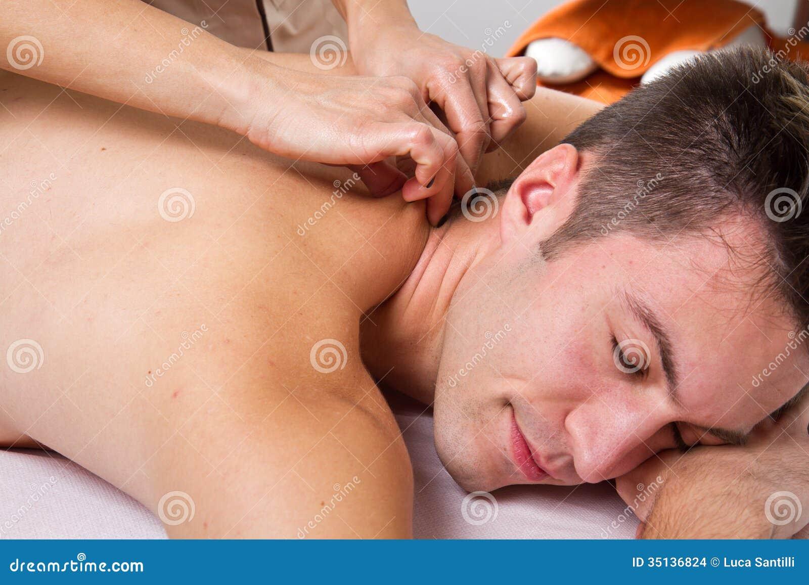 Привлекательный человек имея задний массаж