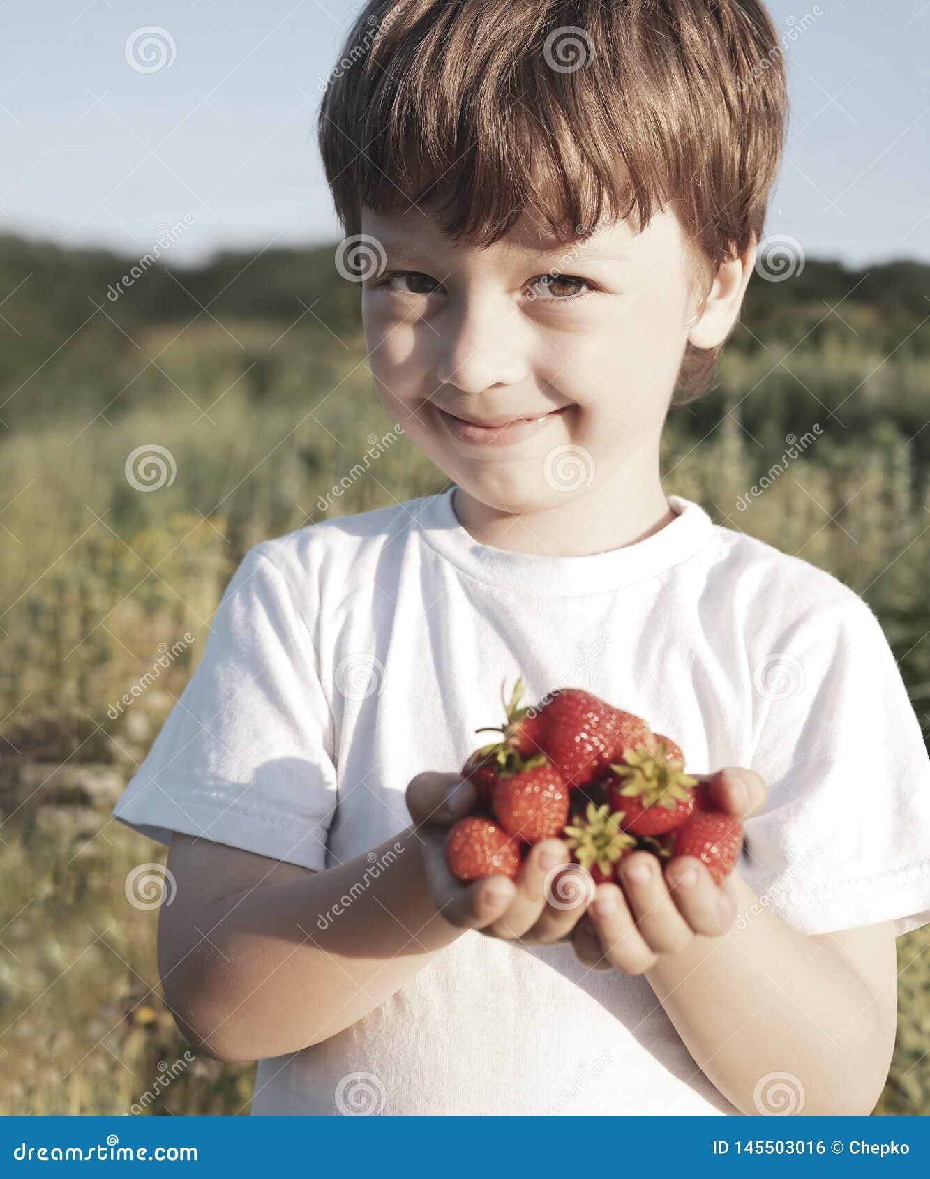 Пригорошня кубов в руках мальчика