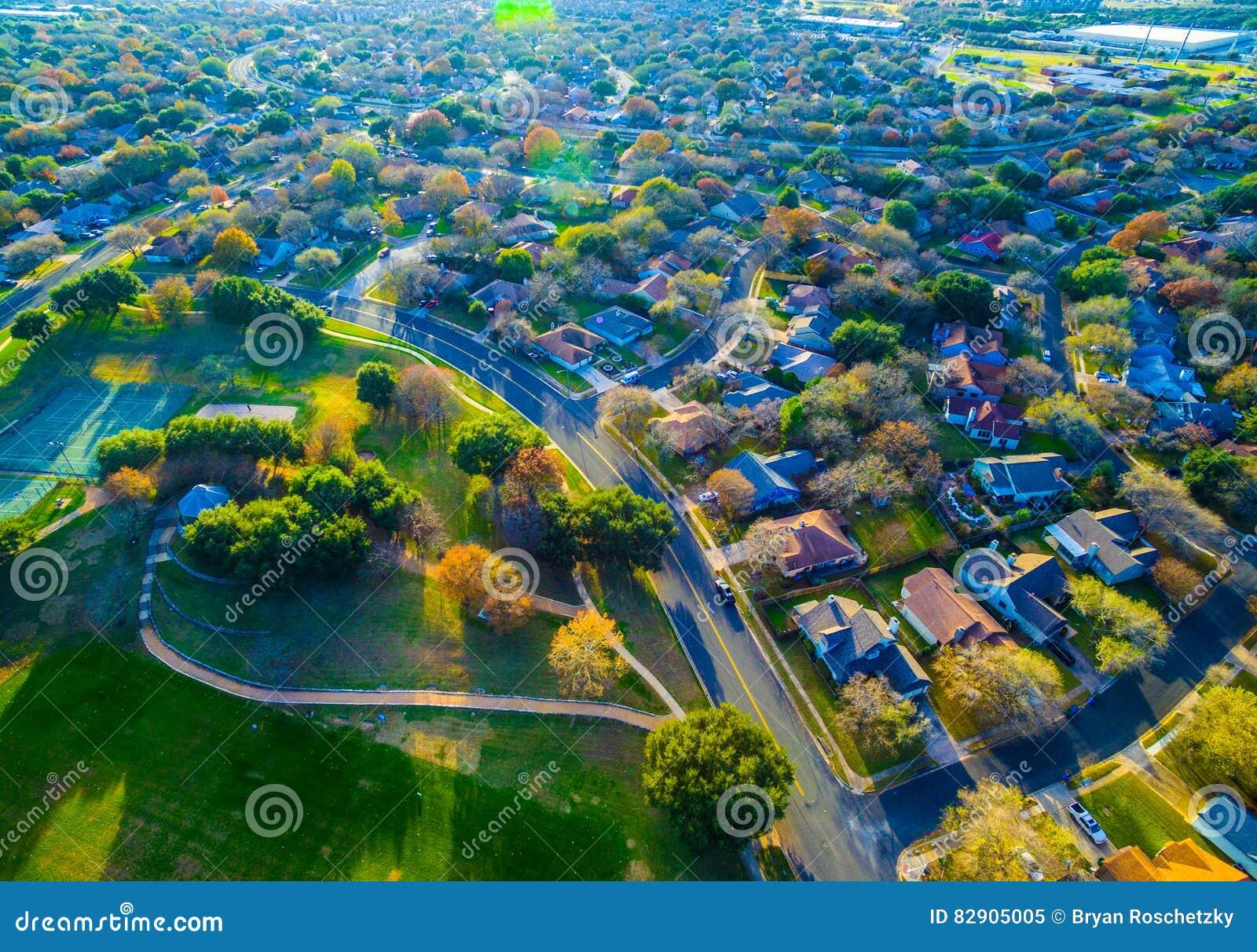 Пригород страны бортовой самонаводит трутень Остина Техаса воздушный снятый над общиной с тропами