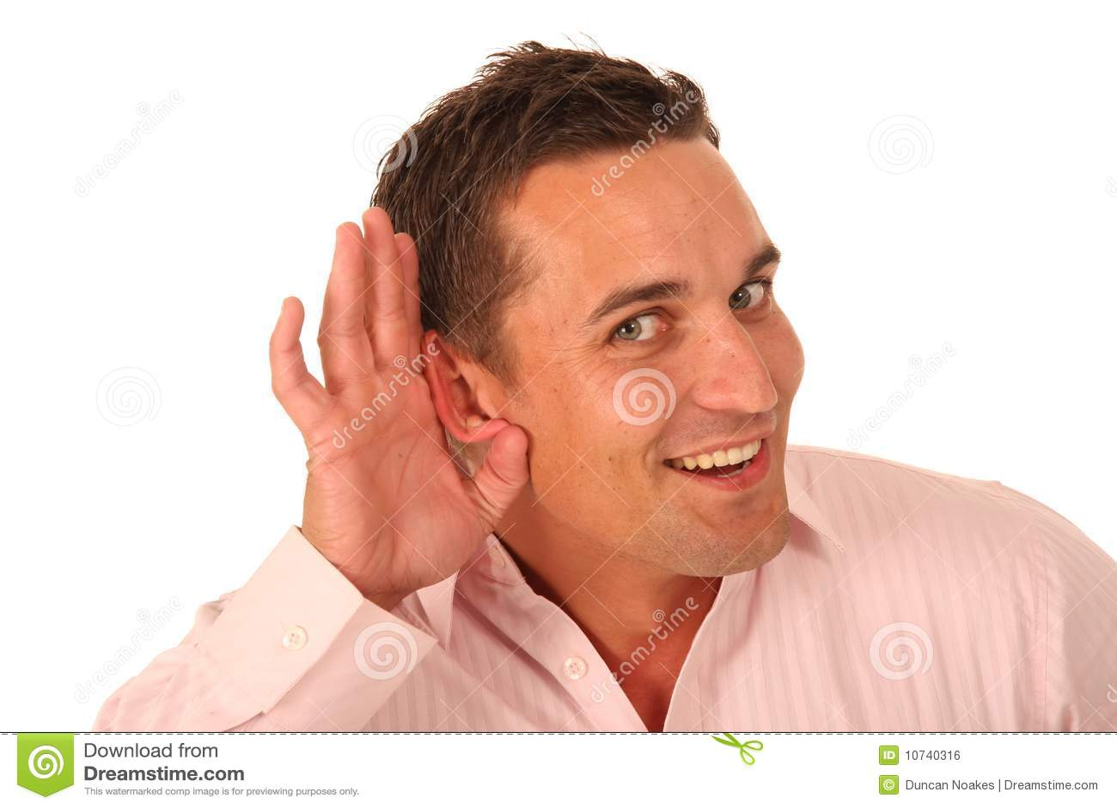 приданный форму чашки человек руки уха к
