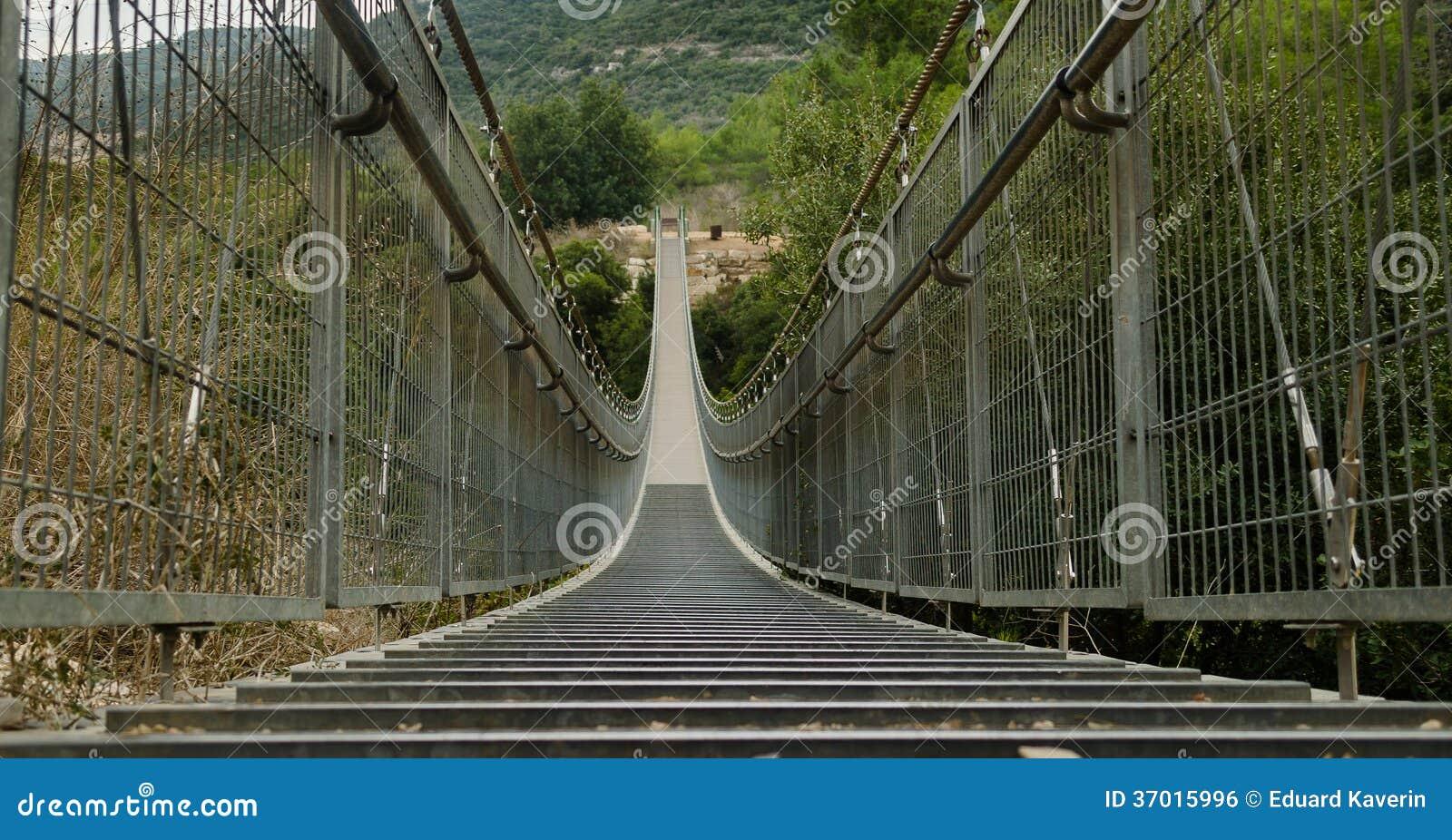 Прикрепленный на петлях мост в Nesher. Израиль