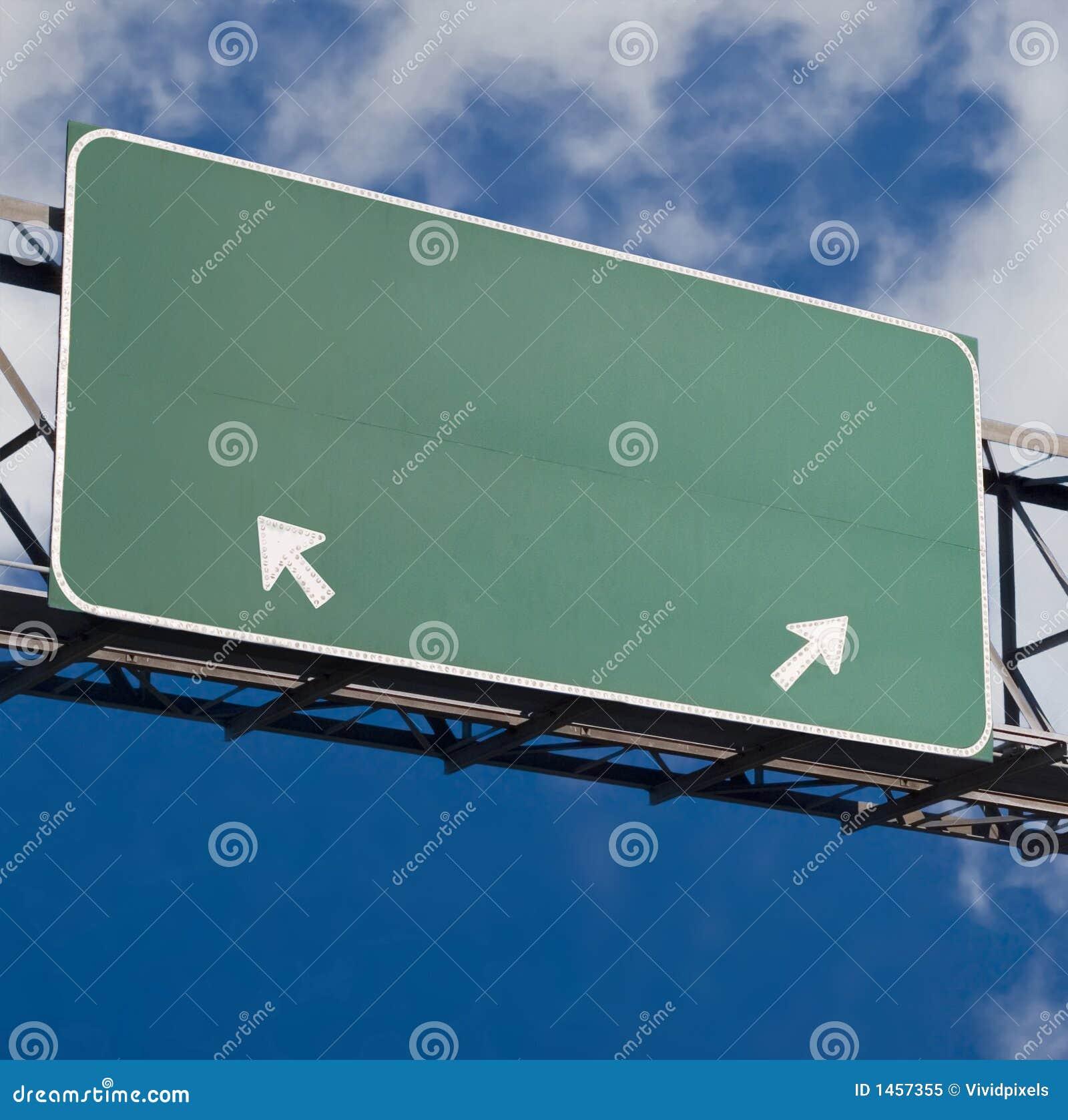 прикройте голубое пасмурное небо знака скоростного шоссе