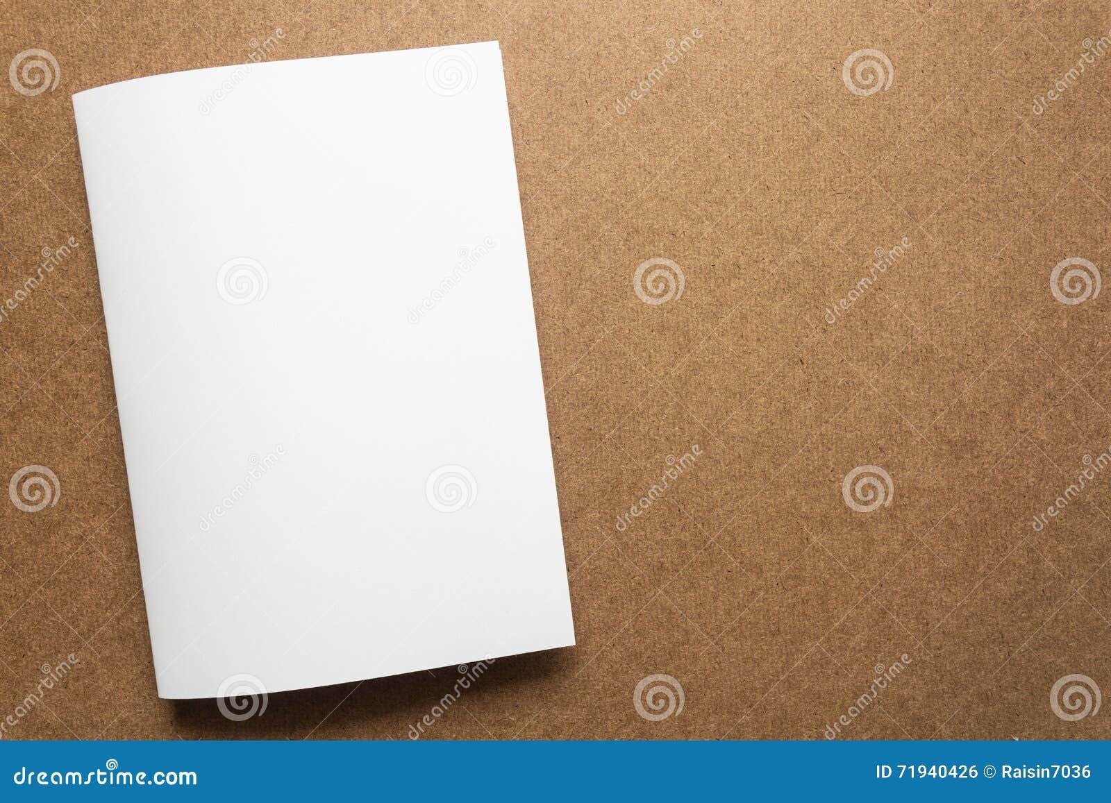 Примечание белой бумаги на столе дела деревянном с космосом экземпляра