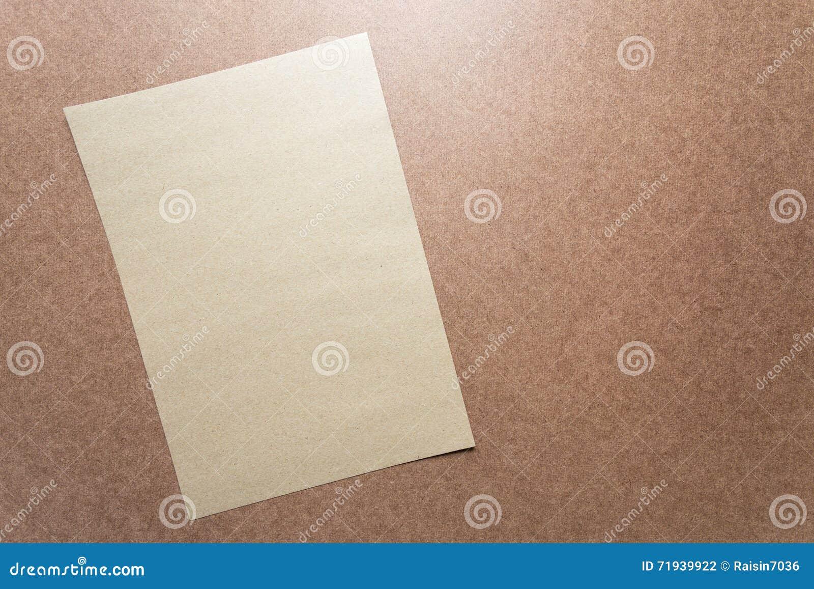 Примечание бумаги Брайна на столе дела деревянном с космосом экземпляра