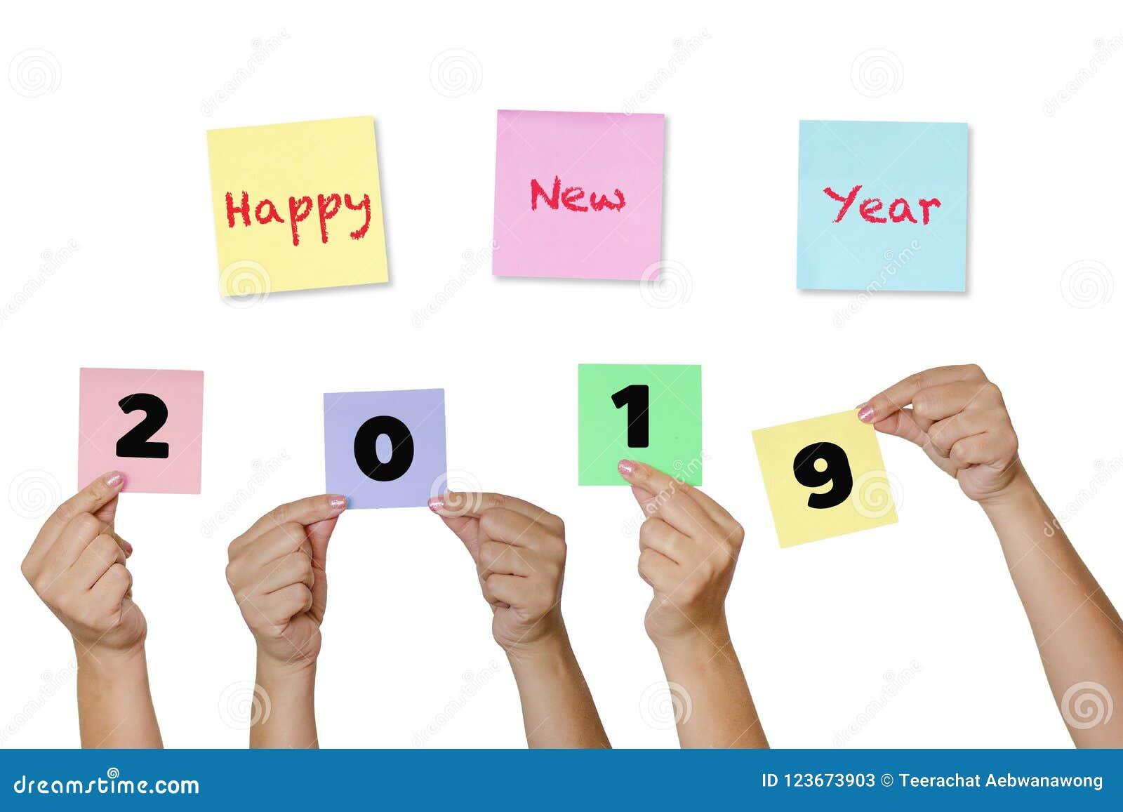 Примечания бумаги владением руки женщины с Новым Годом 2019 ярлыка счастливым новым