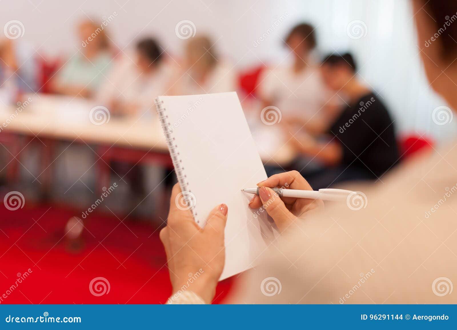 Принимать примечания на деловой встрече