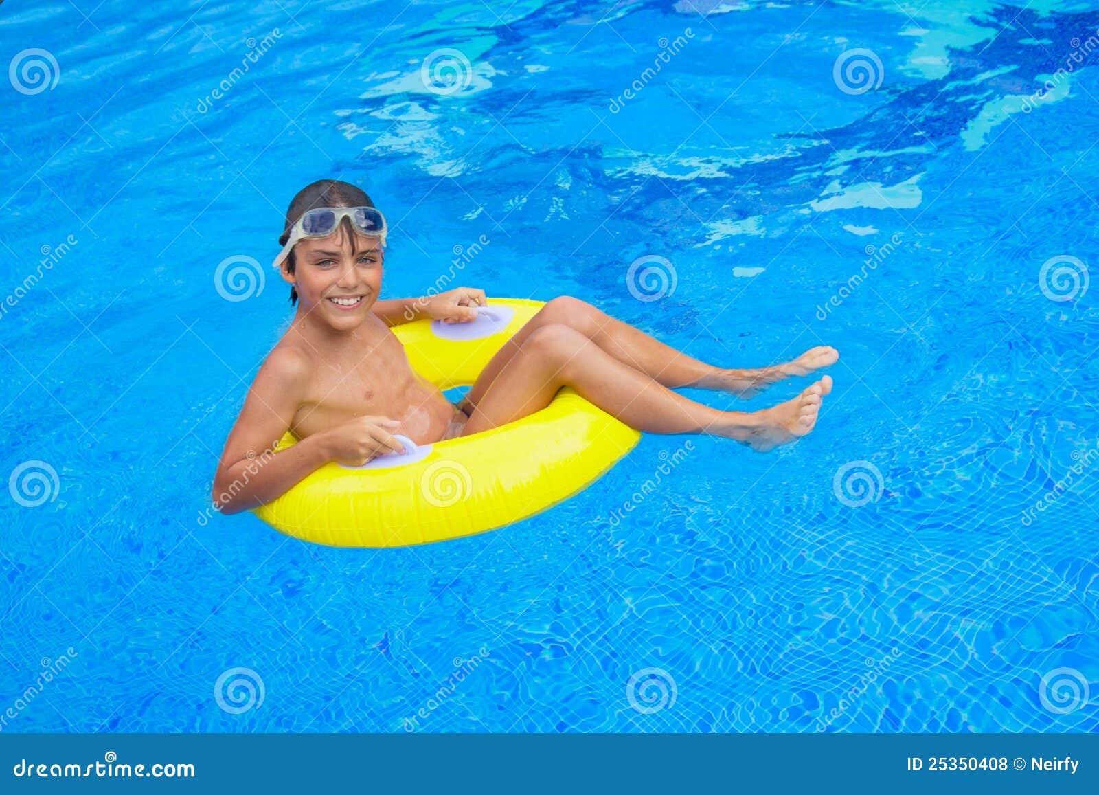 С мальчиком у бассейна 13 фотография