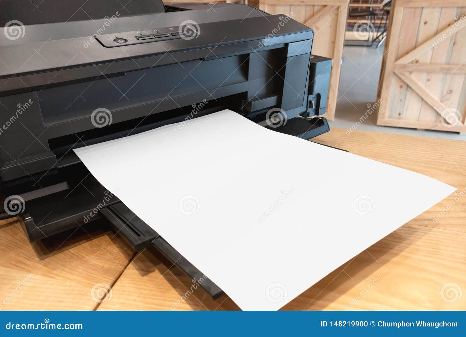 Принтер цифров бумажный и пустой шаблон на деревянном столе