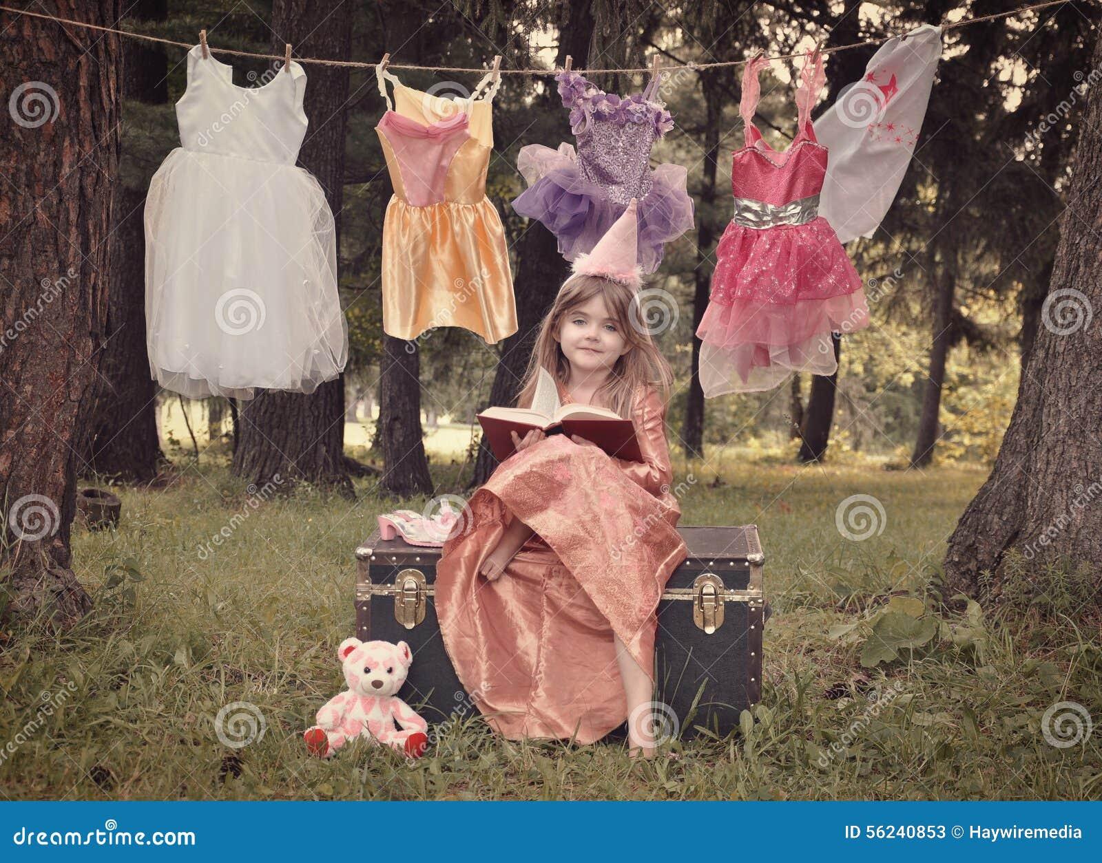 Принцесса сказки в древесинах читая книгу рассказа